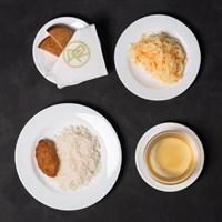 Комплекс №4 четверг: Бульон куриный 200 гр, Рис отварной 150 гр, Котлета Сытная 65 гр, Салат из свежей капусты с морковью 120 гр, Хлеб ржаной 2 кусочка.