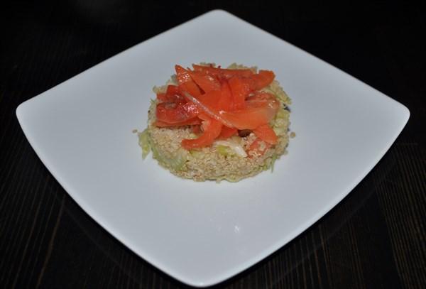 Салат с киноа, семгой и томатами 100 гр - фото 5066